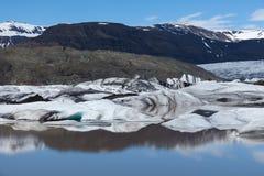 Gletsjer en meer met bezinning, IJsland Stock Foto