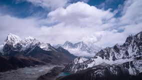 Gletsjer in Himalayan-Bergen - mening van piek van Gokyo Ri, 5483m stock video