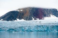 Gletsjer met kleurrijke moutain op de achtergrond, Svalbard stock afbeelding