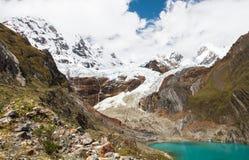 Gletsjer TAM, Yerupajà ¡ Chico, en Laguna Solteracocha, Cordillera Huayhuash, Peru Royalty-vrije Stock Foto's