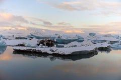 Gletsjermeer bij zonsondergang met het ijs IJsland die de zonsondergang suring royalty-vrije stock afbeeldingen
