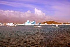 Gletsjermeer Jokulsarlon op avonddaglicht op IJsland Stock Foto's