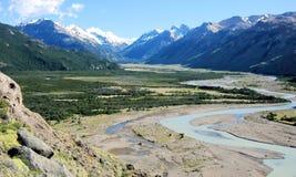 Gletsjers Nationaal Park met de rivier van La Vuelta en sneeuwgletsjerpieken, Argentinië Stock Foto's