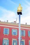 Glühende Statuenlampen mit Fensterhintergrund auf Massena quadrieren in Nizza Cote d'Azur, Frankreich Lizenzfreie Stockfotos