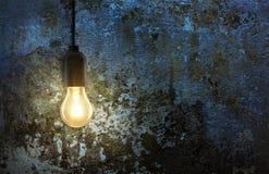 Glühlampe auf Schmutzwand Stockfotografie