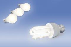 Glühlampe der niedrigen Energie gegen normale Glühlampe Stockfoto