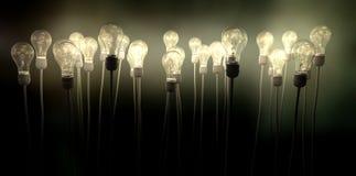 Glühlampen, die gen Himmel mit unheimlichem Glühen zielen Stockfotos