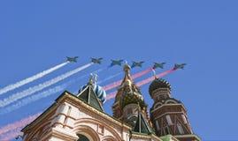 Gli ærei militari russi volano nella formazione sopra la cattedrale durante la parata di Victory Day, Russia del basilico di Mosc Immagine Stock Libera da Diritti