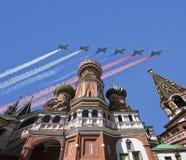 Gli ærei militari russi volano nella formazione sopra la cattedrale durante la parata di Victory Day, Russia del basilico di Mosc Immagine Stock