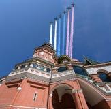Gli ærei militari russi volano nella formazione sopra la cattedrale durante la parata di Victory Day, Russia del basilico di Mosc Fotografie Stock Libere da Diritti