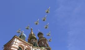 Gli ærei militari russi volano nella formazione sopra la cattedrale durante la parata di Victory Day, Russia del basilico di Mosc Immagini Stock