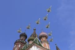 Gli ærei militari russi volano nella formazione sopra la cattedrale durante la parata di Victory Day, Russia del basilico di Mosc Immagini Stock Libere da Diritti
