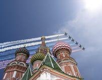 Gli ærei militari russi volano nella formazione sopra la cattedrale durante la parata di Victory Day, Russia del basilico di Mosc Fotografia Stock