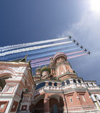 Gli ærei militari russi volano nella formazione sopra la cattedrale durante la parata di Victory Day, Russia del basilico di Mosc Fotografie Stock