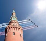 Gli ærei militari russi volano nella formazione sopra Mosca durante la parata di Victory Day, Russia Fotografia Stock