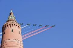 Gli ærei militari russi volano nella formazione sopra Mosca durante la parata di Victory Day, Russia Immagine Stock