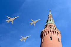 Gli ærei militari russi volano nella formazione sopra Mosca durante la parata di Victory Day, Russia Immagini Stock Libere da Diritti