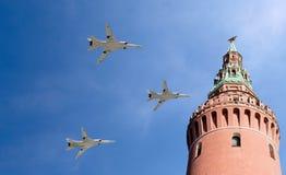 Gli ærei militari russi volano nella formazione sopra Mosca durante la parata di Victory Day, Russia Fotografie Stock