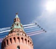 Gli ærei militari russi volano nella formazione sopra Mosca durante la parata di Victory Day, Russia Fotografia Stock Libera da Diritti