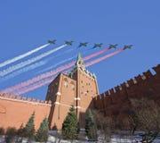 Gli ærei militari russi volano nella formazione sopra Mosca durante la parata di Victory Day, Russia Immagini Stock