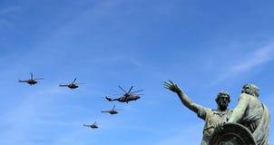 Gli ærei militari russi volano nella formazione sopra Mosca durante la parata di Victory Day, Russia Victory Day (WWII) Immagini Stock