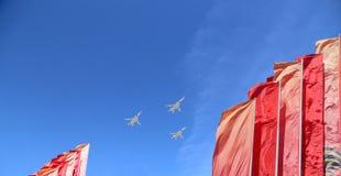 Gli ærei militari russi volano nella formazione sopra Mosca durante la parata di Victory Day, Russia Victory Day (WWII) Immagini Stock Libere da Diritti