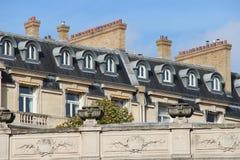 Gli abbaini ed i camini sono stati installati sui tetti delle costruzioni a Parigi (Francia) Fotografia Stock Libera da Diritti