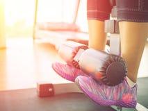 Gli ABS di addestramento della donna di forma fisica di esercizio del primo piano si siedono su, esercizi di peso corporeo Fotografia Stock Libera da Diritti