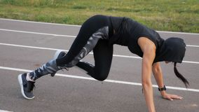 Gli ABS di addestramento della donna di forma fisica di esercizio si siedono su all'aperto Ragazza che fa allenamento per prepara archivi video