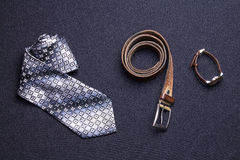 Gli accessori del ` s degli uomini su fondo nero legano lo sho del cinturino di orologio del portafoglio fotografia stock libera da diritti