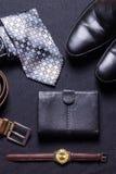 Gli accessori del ` s degli uomini su fondo nero legano lo sho del cinturino di orologio del portafoglio immagini stock