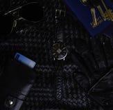 Gli accessori del ` s delle donne rivestono di pelle il tempo di orologio di turismo di chiavi del portafoglio del passaporto immagini stock