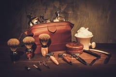 Gli accessori del signore su un bordo di legno di lusso fotografie stock