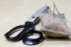 Gli accessori dell'indumento si sono sparsi su una tavola di legno leggera Fili, sci immagine stock