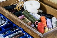 Gli accessori dell'indumento si sono sparsi su una tavola di legno leggera Fili, sci immagine stock libera da diritti