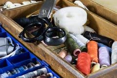 Gli accessori dell'indumento si sono sparsi su una tavola di legno leggera Fili, sci fotografia stock libera da diritti
