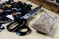 Gli accessori dell'indumento si sono sparsi su una tavola di legno leggera Fili, sci fotografie stock