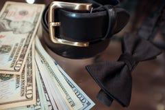 Gli accessori dell'uomo su credito e sui dollari Fotografie Stock