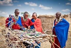 Gli accessori fatti a mano tradizionali fatti dai masai, offrono il buon pri Fotografia Stock Libera da Diritti