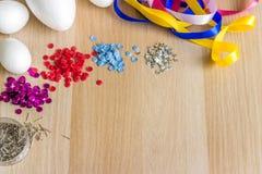 Gli accessori per la decorazione dell'estere eggs sulla tavola di legno fotografia stock