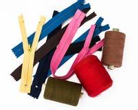 Gli accessori per la riparazione e l'adattamento, zippers, fili, bottoni fotografie stock