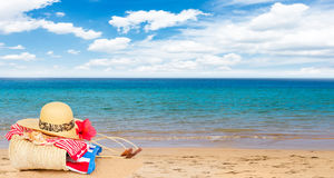 Gli accessori prendenti il sole sulla spiaggia sabbiosa in paglia insaccano Fotografie Stock Libere da Diritti