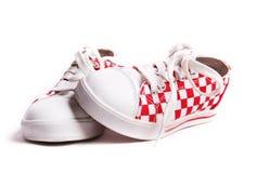 Gli accoppiamenti delle scarpe da tennis del bambino immagine stock