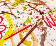 Gli acquerelli di disegno dei bambini su uno strato bianco Creatività del ` s dei bambini Kaki Malyaki scribble daub immagine stock libera da diritti