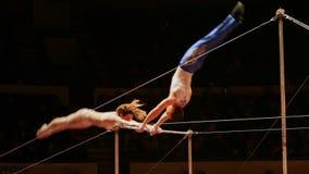 Gli acrobate si esercitano sulla barra nell'arena del circo video d archivio