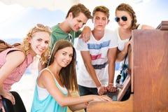 Gli adolescenti al festival di musica dell'estate, ragazza gioca il piano fotografie stock libere da diritti
