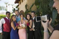 Gli adolescenti ben vestito che posano per la videocamera fuori della scuola ballano fotografie stock