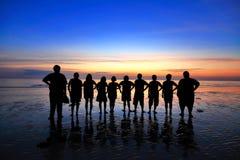 Gli adolescenti della siluetta stanno levando in piedi Fotografie Stock