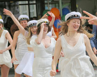 Gli adolescenti felici che indossano la graduazione ricopre esaurirsi dalla scuola Immagini Stock Libere da Diritti