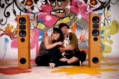 Gli adolescenti inseguono i graffiti urbani immagine stock libera da diritti
